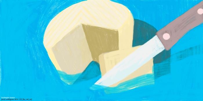 Bodegón formado por queso con una cuña cortada por cuchillo de mango marrón sobre fondo azul aquoso